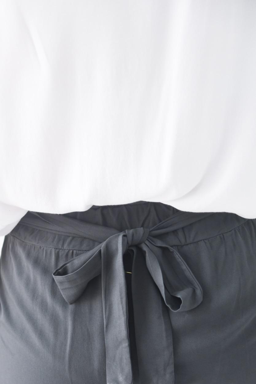 calças cinza botões lado