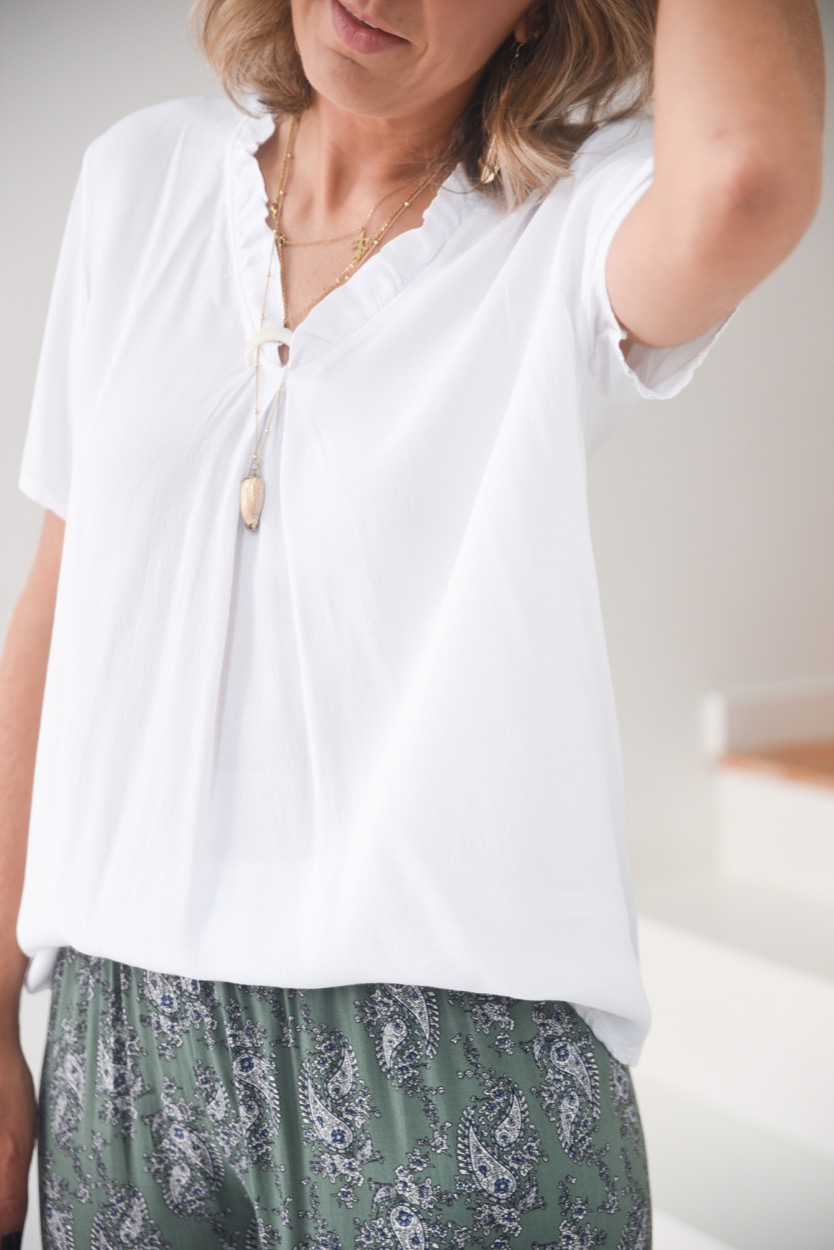 blusa branca folho decote