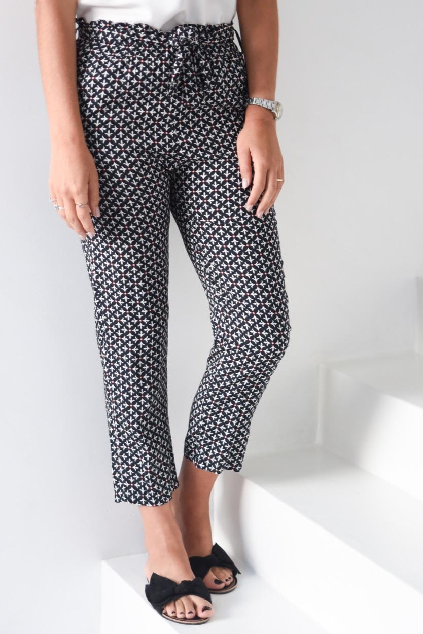 calças pretas flor de lis