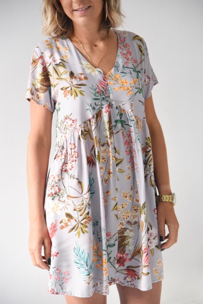 vestido cinza flores curto