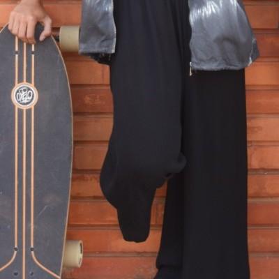calças pretas largas