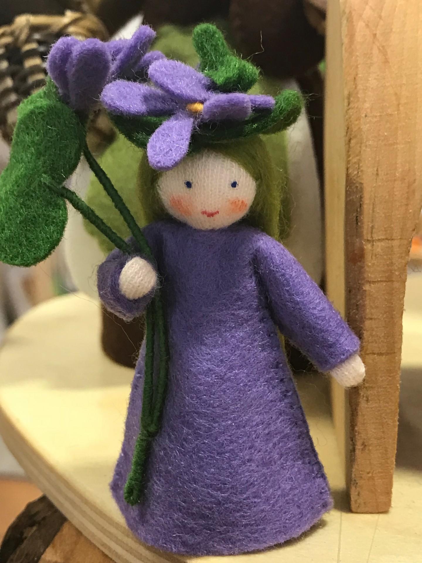 Boneca / Fada Violeta flor na mão - Ambrosius
