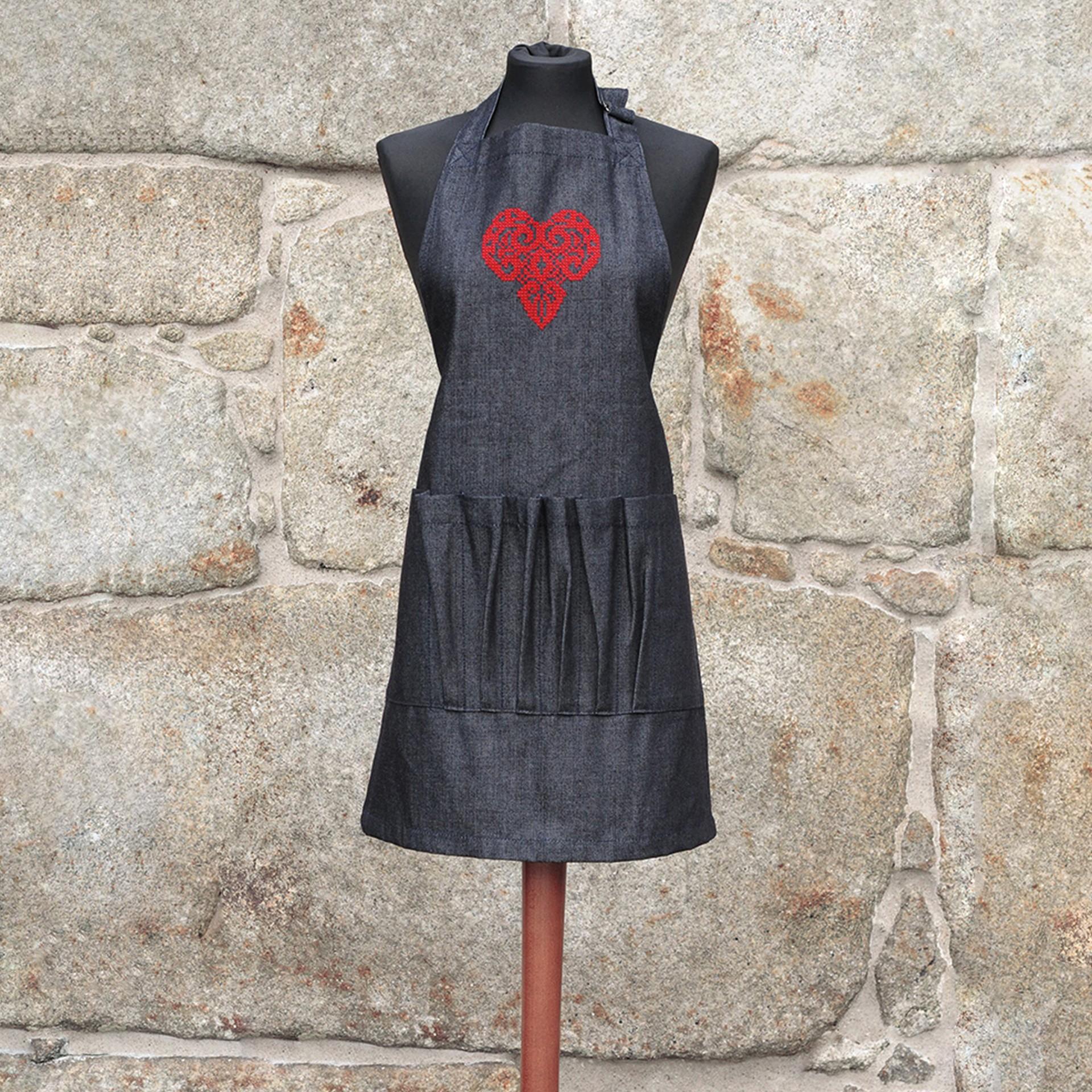 Avental em ganga - coração vermelho em filigrana, com folhos