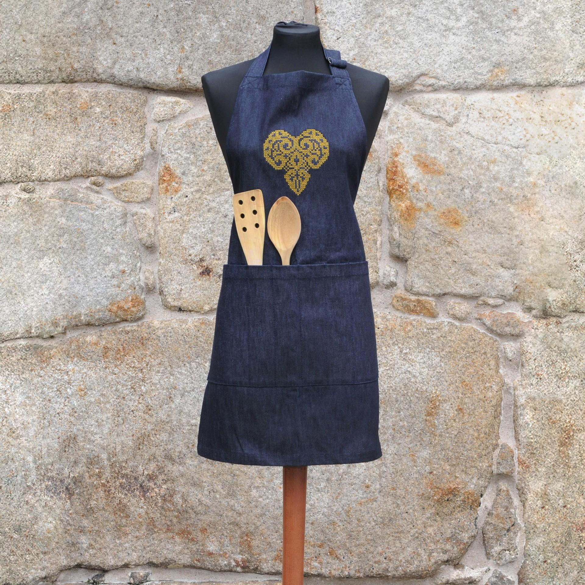 Avental em ganga - coração dourado em filigrana, sem folhos