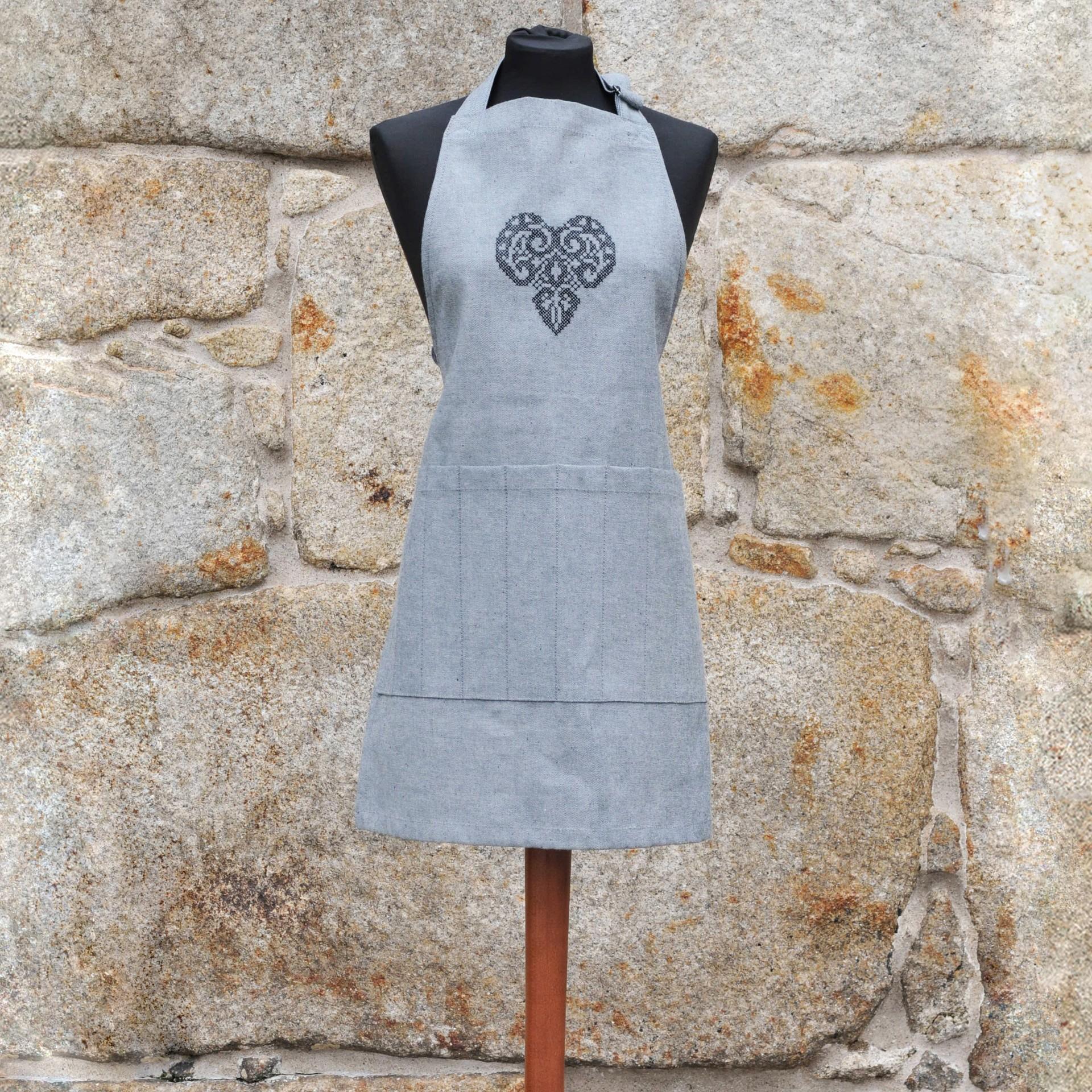 Avental em ganga - coração preto em filigrana, sem folhos