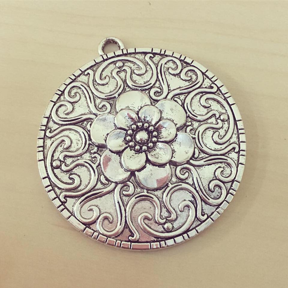 Medalhão Prateado Flor