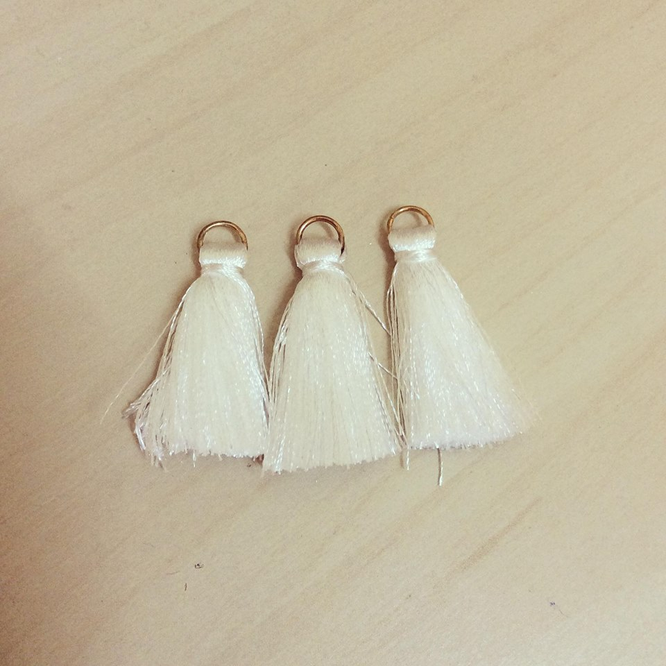 3 Pompons Médios Argola Dourada