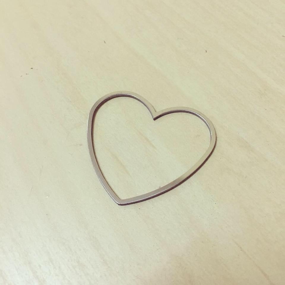 Coração em Contorno Prateado Aço