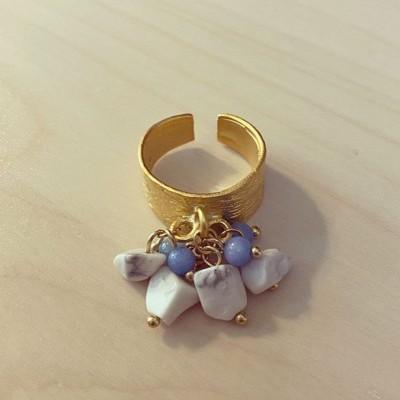 Anel Largo Dourado Pedrinhas Penduradas Azul Claro e Branco