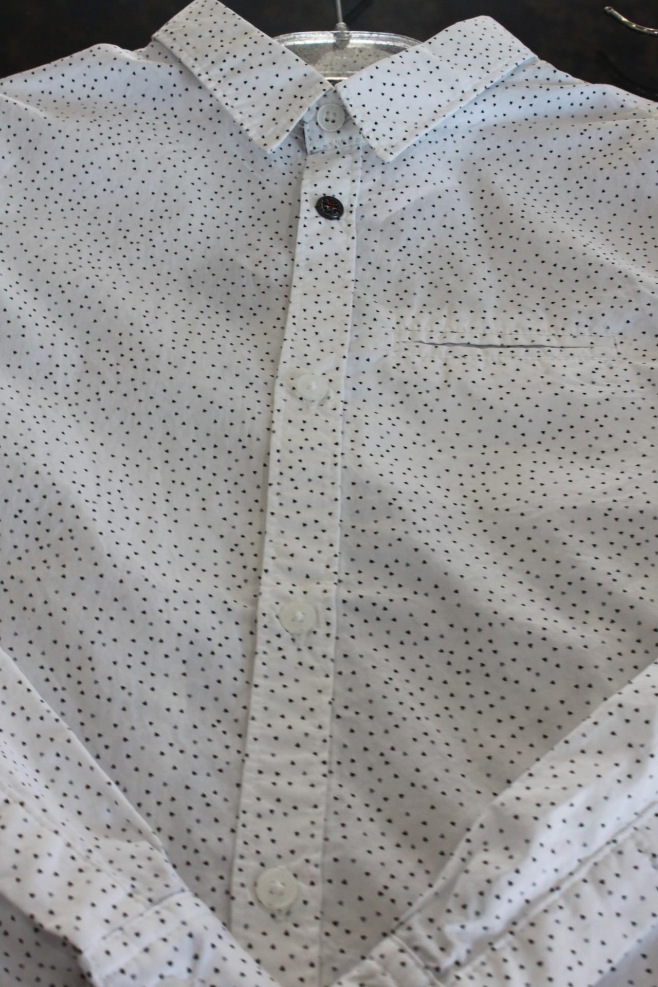 Camisa branca com motivos pretos Ikks