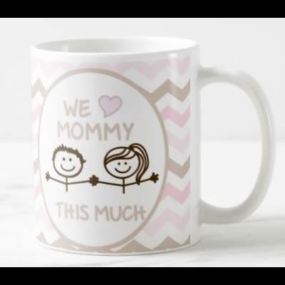 """Caneca """"I / We Love Mommy This Much"""" (Versão 3)"""