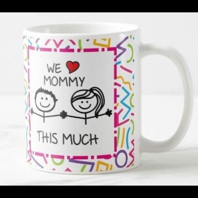 """Caneca """"I / We Love Mommy This Much"""" (Versão 1)"""