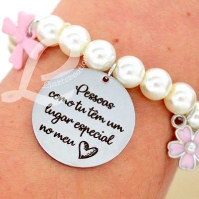 """Pulseira Elástica de Pérolas e Medalha Personalizada """"Pessoas como tu têm um lugar especial no meu coração"""""""