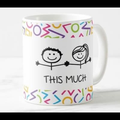 """Caneca """"I / We Love Mommy This Much"""" (Versão 2)"""