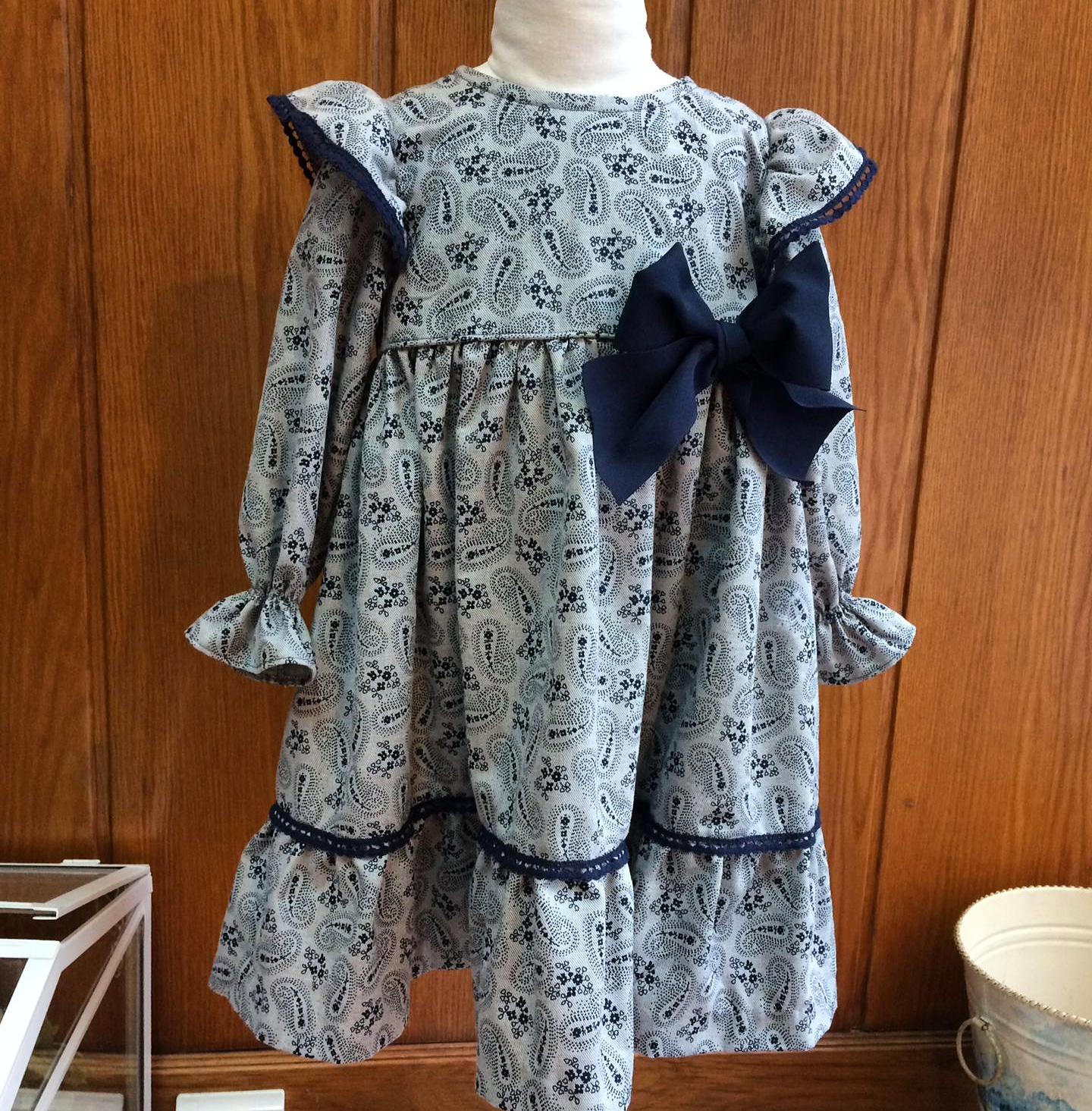 Vestido cinza com laço azul