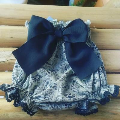 Tapa fralda cinza com laço azul