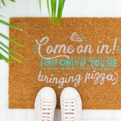 TAPETE DE ENTRADA - COME ON IN! (BUT ONLY IF YOU'RE BRINGING PIZZA) (ENG)