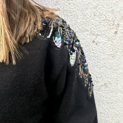 Camisola com aplicações nos ombros