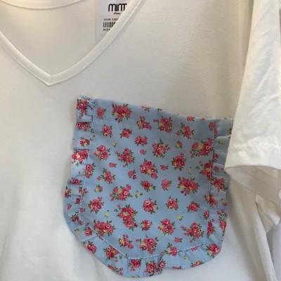 T-Shirt Branca Bolso Azul com Flores