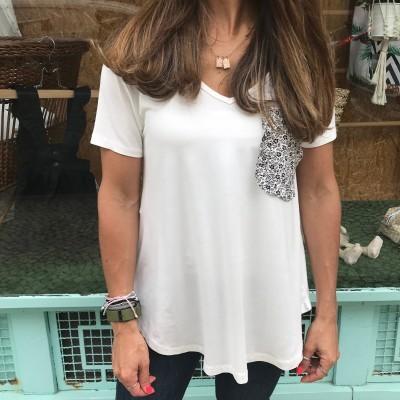 T-Shirt Branca Bolso Flores P/B