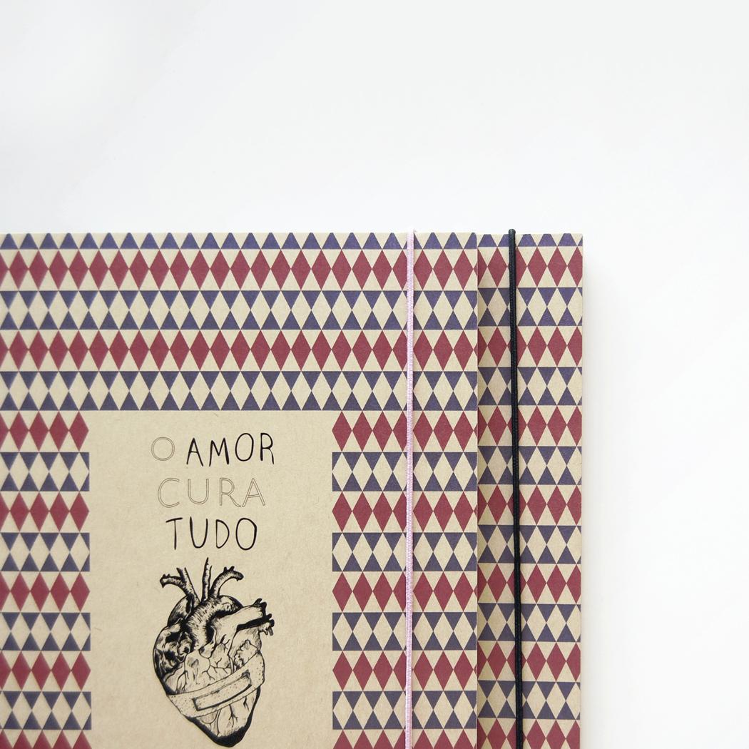 "Caderno A5 ""O amor cura tudo"""