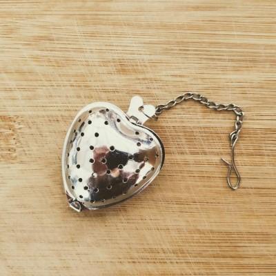 Infusor em forma de coração com corrente em inox