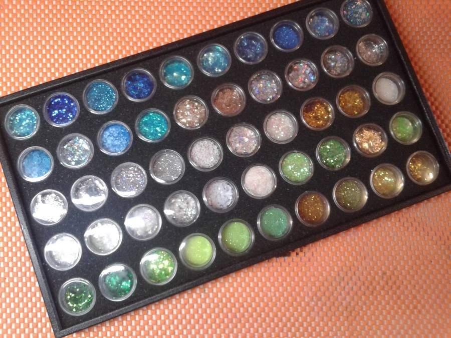 Caixa com 50 rodinhas para aplicações de nail art