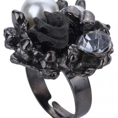 Anel cinzento com pérolas e flores